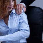 פסיקה: עובד חויב לפצות ב-150 אלף שקל עובדת שהטריד מינית