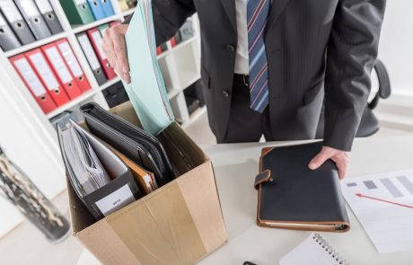 פיטר שני עובדים בסמוך לגיל פרישה, וחויב לפצות בכ-108 אלף שקל
