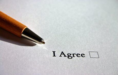 פיצוי לעובד שפוטר לאחר שסירב לחתום על אישור רטרואקטיבי על קבלת הודעה על תנאי העבודה